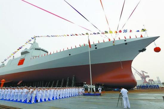 资料图片:国产055型万吨驱逐舰下水仪式资料图。(图片来源于网络)