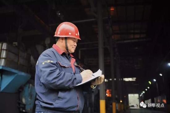 ↑华翔精细熔炼工程师池跃峰在车间门口记载(2017年11月1日摄)。他是一位在熔炼行业30多年的老铸工。新华社发(杨晨曦 摄)