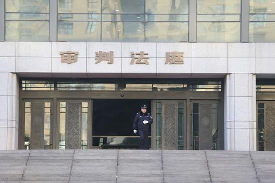杭州中级人民法院,一名警察在审判法庭门口执勤。视觉中国 资料图