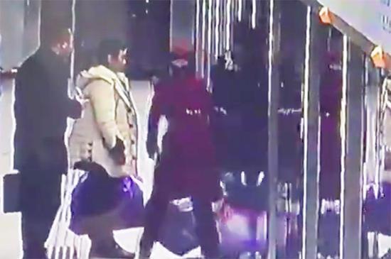 一男性乘客在车门即将关闭时欲强行冲入车厢被卡在屏蔽门中,女乘务员将其拉出。 微博@湖北日报 视频截图