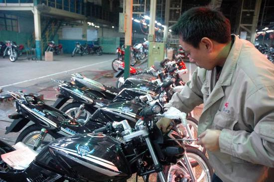 """""""嘉陵""""摩托车集团前身是重庆兵器工业基地。"""