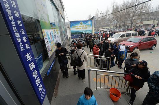 2月27日,济南槐荫区车管所门前,百余位市民排起长队等候办理销分。