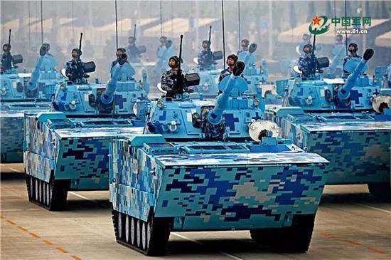 陆战两栖突击车方队开展训练。程建峰 摄