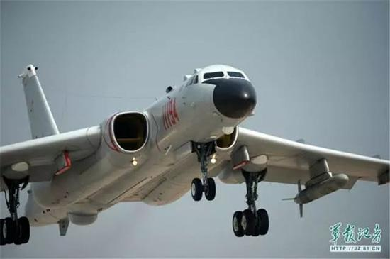 轰-6K轰炸机。