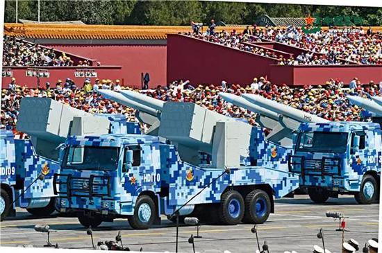 受阅的舰空导弹,是我国自主研发的第三代舰载中远程区域防空导弹。冯凯旋 摄