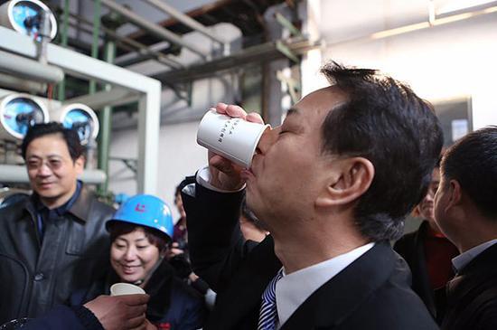 """2017年1月22日,数十位参加""""治霾·京津冀在行动""""的记者来到了河北省邢台市德龙钢铁有限公司,参观净化污染的过程。 邢台市环保局局长接过水杯,将处理过后的污水一饮而尽。视觉中国 图"""