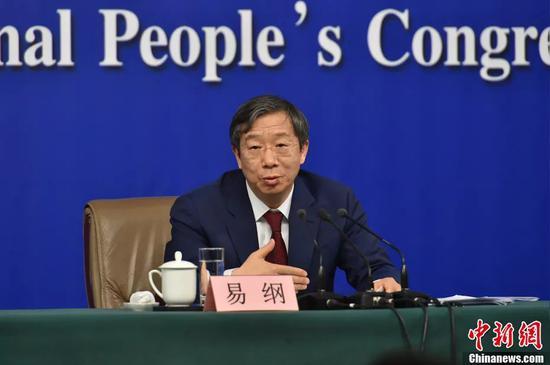 人民银行副行长易纲在记者会上。中新社记者 李卿 摄