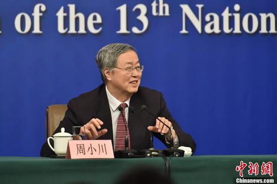 人民银行行长周小川在发布会上。中新社记者 李卿 摄