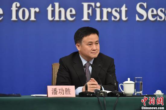 人民银行副行长、国家外汇管理局局长潘功胜在记者会上。中新社记者 李卿 摄