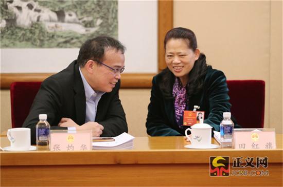 全国人大代表张灼华(左)全国人大代表田红旗热议全国人大常委会工作报告。记者张哲 摄