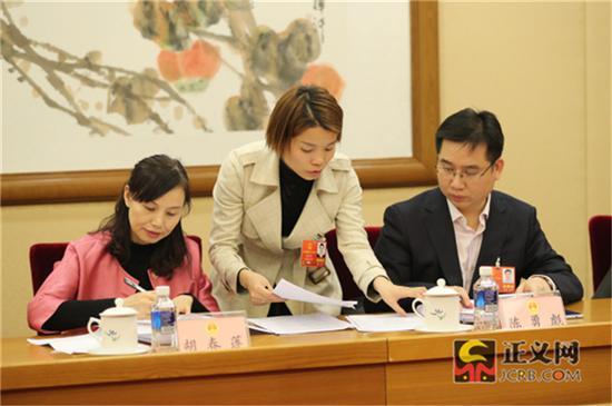 全国人大代表胡春莲(左)全国人大代表陈勇彪(右)在全国人大代表朱登云提出的联名附议代表签名附页中签名附议。记者张哲 摄