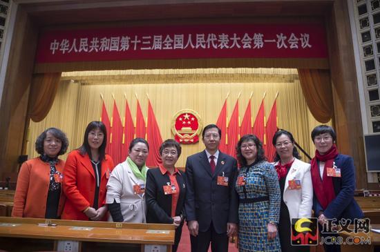 辽宁代表团部分全国人大代表在人民大会堂合影留念。记者程丁 摄