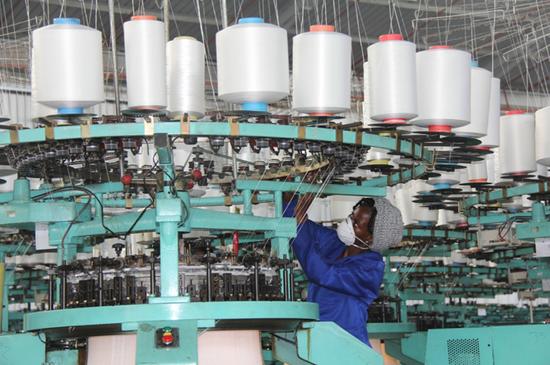 3月12日,30余家中非媒体走访非洲商贸中心、伊力达毛毯厂等中资公司。图为伊力达毛毯厂的当地工人在操作机械。该厂为当地解决600多个就业岗位。 李志伟摄
