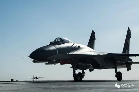 空战结束后,歼11战机凯旋。