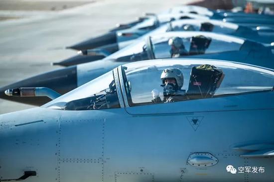 列阵大漠,蓝天雄鹰从戈壁走向未来战场。
