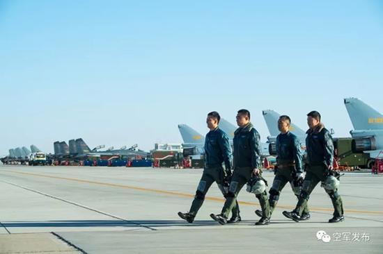 空战归来,带着胜利的喜悦走下战场。