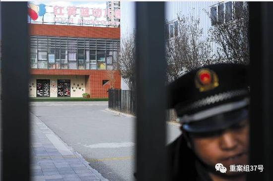 11月23日,红黄蓝幼儿园新天地分园保安在大门内执勤。新京报记者王嘉宁摄