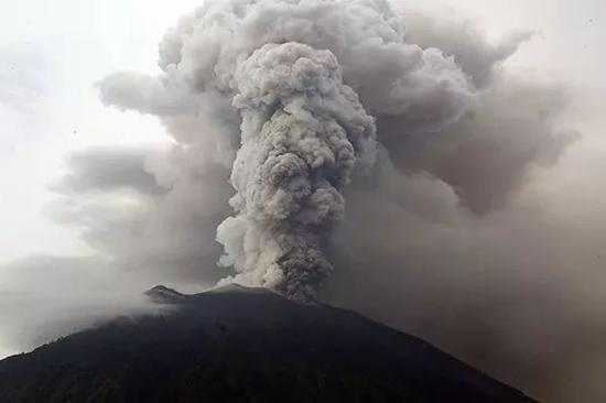 ▲11月28日,印度尼西亚巴厘岛正在喷发的阿贡火山。据新华社