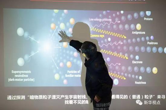 """在中国科学院紫金山天文台,""""悟空""""科学应用系统副总师范一中在介绍研究成果(11月2日摄)。新华社记者 李响 摄"""