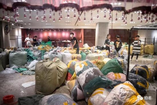 """△ """"东鼎""""三楼一家店铺中,店员在打包货品,准备搬至燕郊。"""