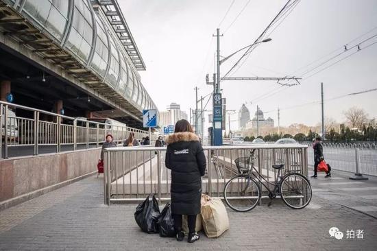 """△在""""东鼎""""采购完毕后,王女士来到地铁站口。"""