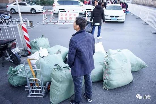 △ 经常能在这里遇见守着大件包裹,等待同伴来搬运的场景。