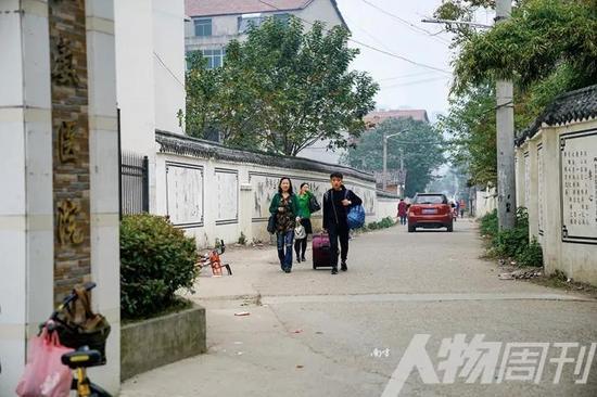 11月6日,一位豫章学生被家长接走。从11月5日晚开始,位于儒溪村的豫章书院开始撤走在校学生,目前已处于停办状态