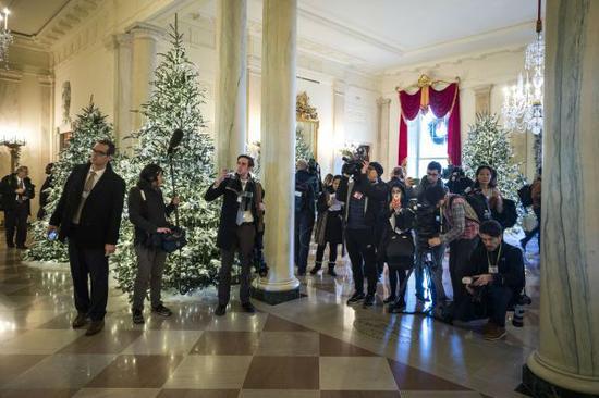 11月27日,在美国华盛顿,媒体记者拍摄白宫圣诞装饰。(新华社)