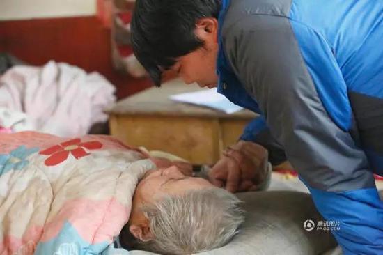 ▲祖孙俩十年后终于相见。转自腾讯图片 图据视觉中国