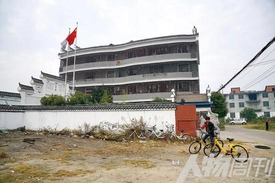 11月6日,豫章书院的宿舍被铁栅栏封闭起来,据校方介绍,此举是防止学生跳楼、逃跑。书院周边杂草丛生,围墙背后是一片湖,学生即使爬过围墙也难以逃离