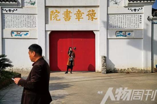 11月5日,豫章书院外院等待与孩子见面的家长