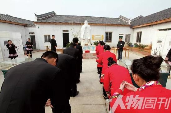 2013年12月8日,江西南昌豫章书院,学生参加晨仪,礼拜孔子像  图 / 狐一衣