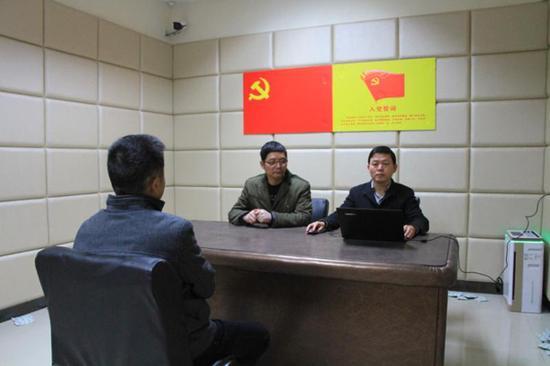 审查人员与吴卫华谈话