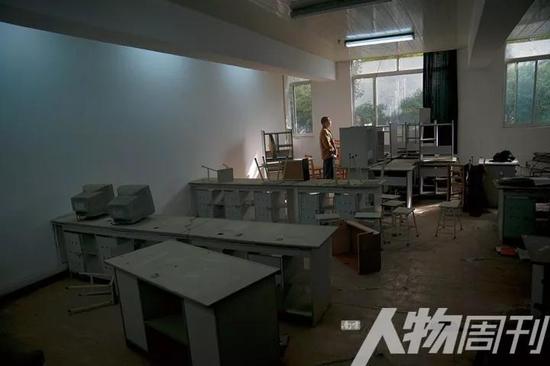 11月4日,豫章毕业生罗旭(化名)正在一间废弃的教室里。他曾在豫章书院生活过两个多月,被关在不见阳光的小黑屋里长达七天