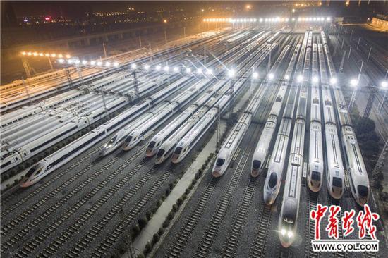 2017年12月5日夜,西安动车段存车场,一排排动车组整装待发迎接西成高铁。王曙天 摄