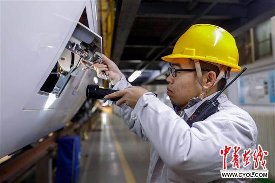 2017年12月5日夜,西安动车段动车组机械师在对西成高铁首发车进行检查。吴瑞西 摄