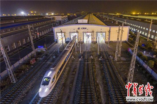 12月6日5时30分,西成高铁首趟动车组列车检修完毕从西安动车段检修库始发。王曙天 摄