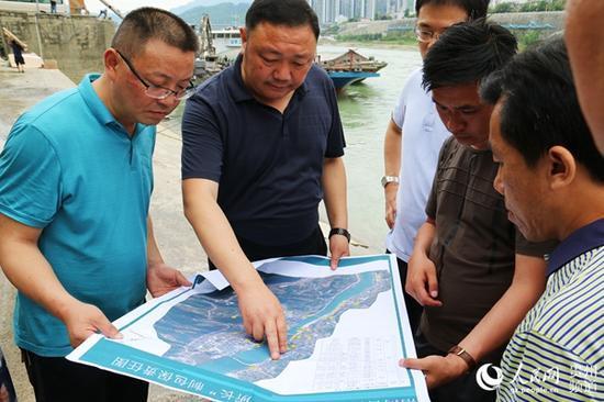 沿河自治县委副书记、县长何支刚(中)带领相关部门实地调研厕所布点和建造情况,严把细节关。田茂瑜 摄