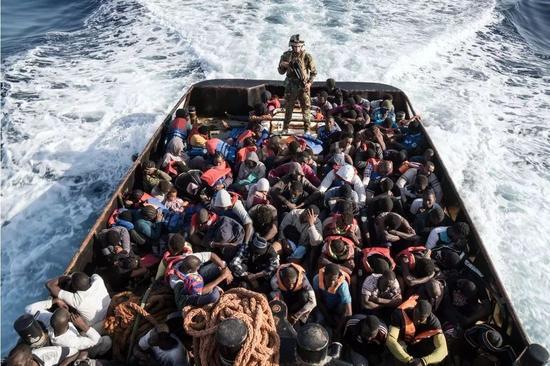▲今年6月,利比亚海岸巡逻队正在救援147名试图穿越地中海抵到欧洲的非法移民  图据法新社