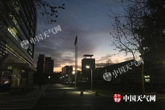 今早北京天空云量明显增多。