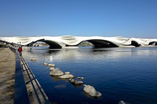 2017年11月23日,北京,通州区北京都会副中央运河商务区内的北关大道跨北运河大桥外貌初现,流水造型的桥体犹如一件庞大艺术品。视觉中国 图