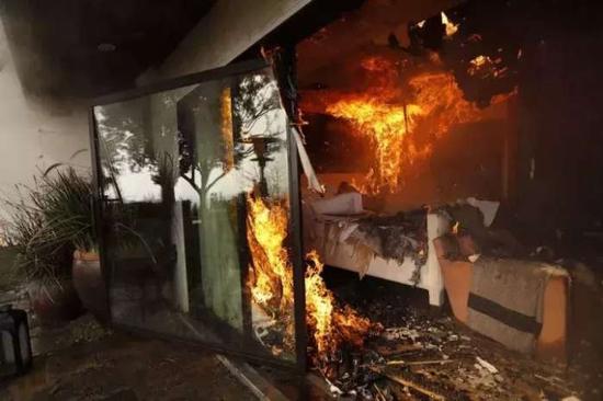 ▲贝莱尔区一处房屋被大火吞噬 图据《洛杉矶时报》
