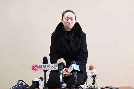 12月10日,江歌的母亲江秋莲在东京池袋的浅草公礼堂接受媒体采访。