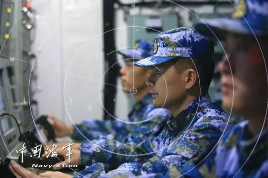 ▲官兵在战位上搜索目的。