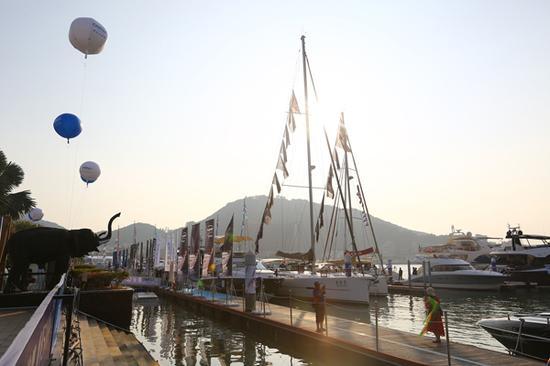 2017年12月8日,海南三亚,在海天盛筵展会上展出的游艇。
