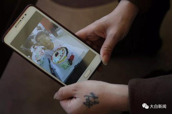 出事后,李某的女儿给爸爸做蛋糕吃(摄影/大白新闻 李文静)
