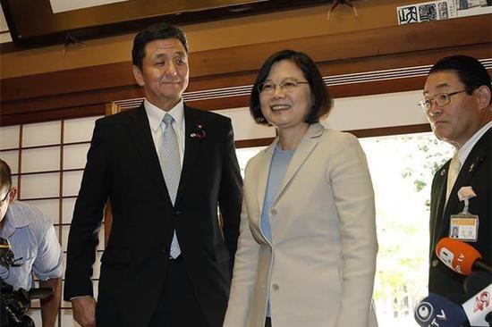 台湾地区领导人蔡英文(右二)与日本首相安倍晋三的胞弟岸信夫。(图片来源:台媒)