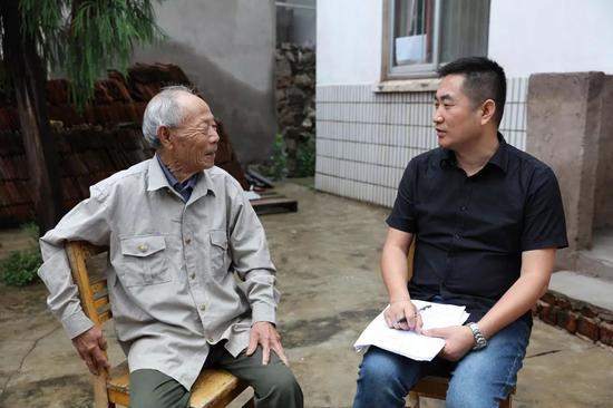 ▲李晓方与南京大屠杀幸存者