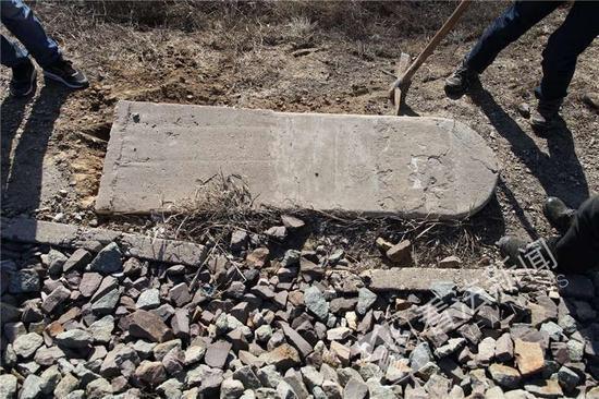 图为:京张铁路康庄段,平躺在道边的苏州码牌摄/记者崔毅飞