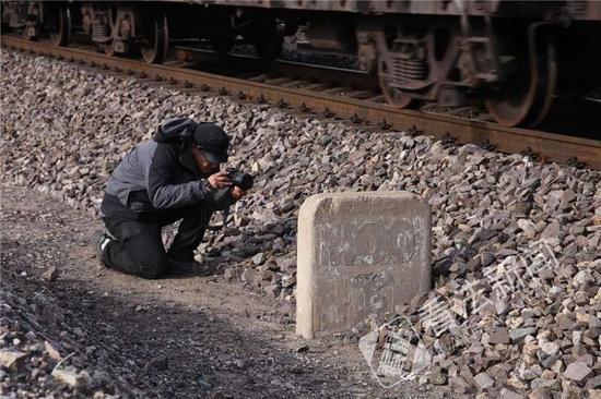 图为:下花园段一块废弃的坡道牌摄/记者崔毅飞